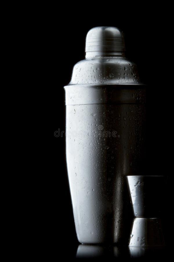 Dispositif trembleur de cocktail d'acier inoxydable avec des gouttelettes photographie stock