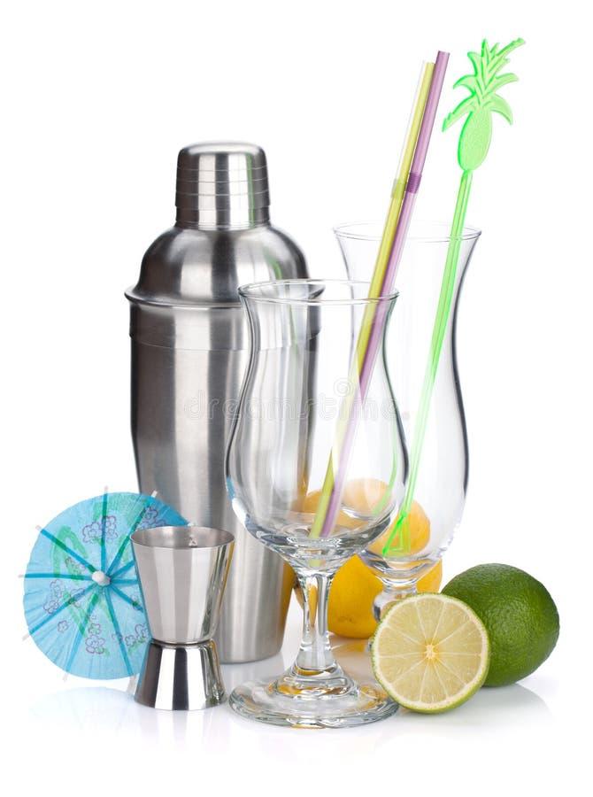 Dispositif trembleur de cocktail, glaces, ustensiles et citrons photographie stock