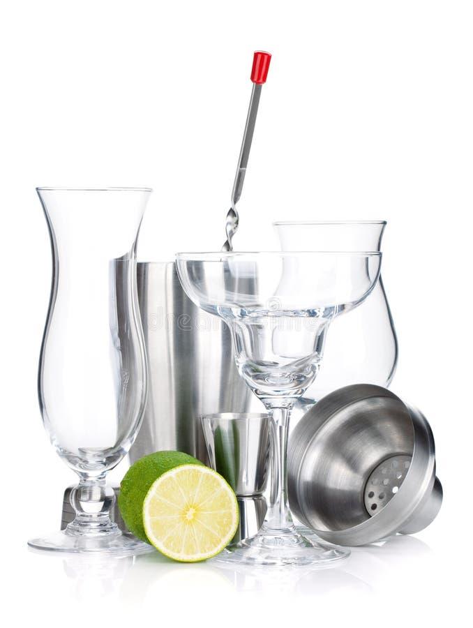 Dispositif trembleur de cocktail, glaces, ustensiles et limette images libres de droits
