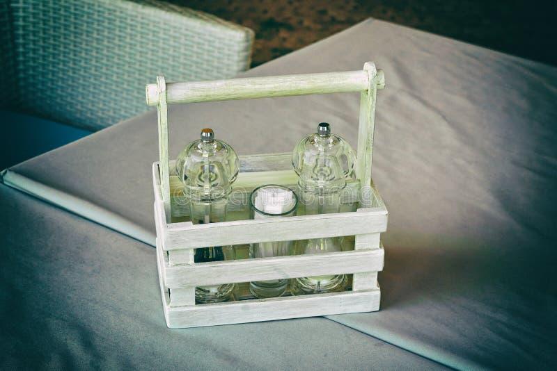 Dispositif trembleur de poivre et de sel, arrangement de table Tonalit?, en gros plan image stock