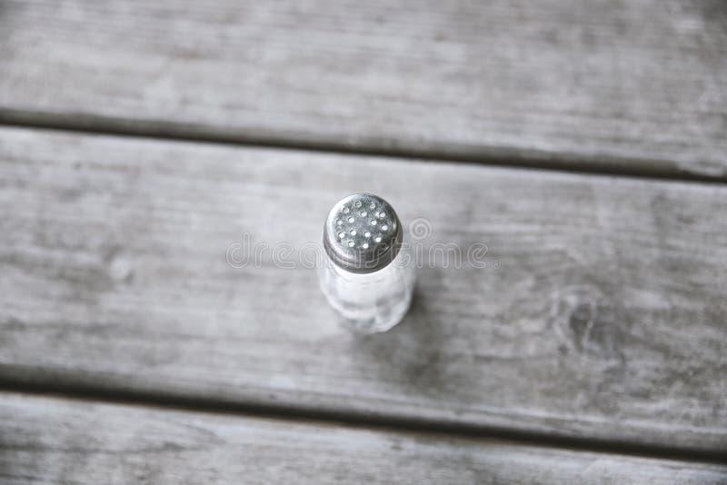 Dispositif trembleur de sel sur la table en bois photo stock