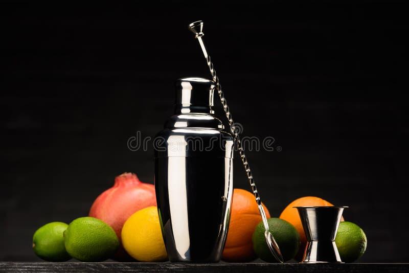 dispositif trembleur pour préparer le cocktail et les fruits d'alcool sur la table photographie stock libre de droits