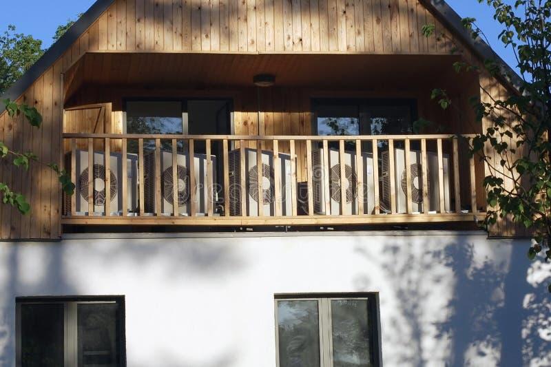 Dispositifs climatiques externes dans la maison en bois photos libres de droits