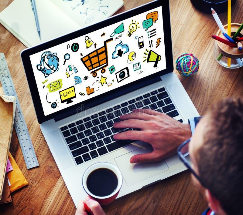 Dispositifs d'Online Marketing Digital d'homme d'affaires fonctionnant le concept image libre de droits