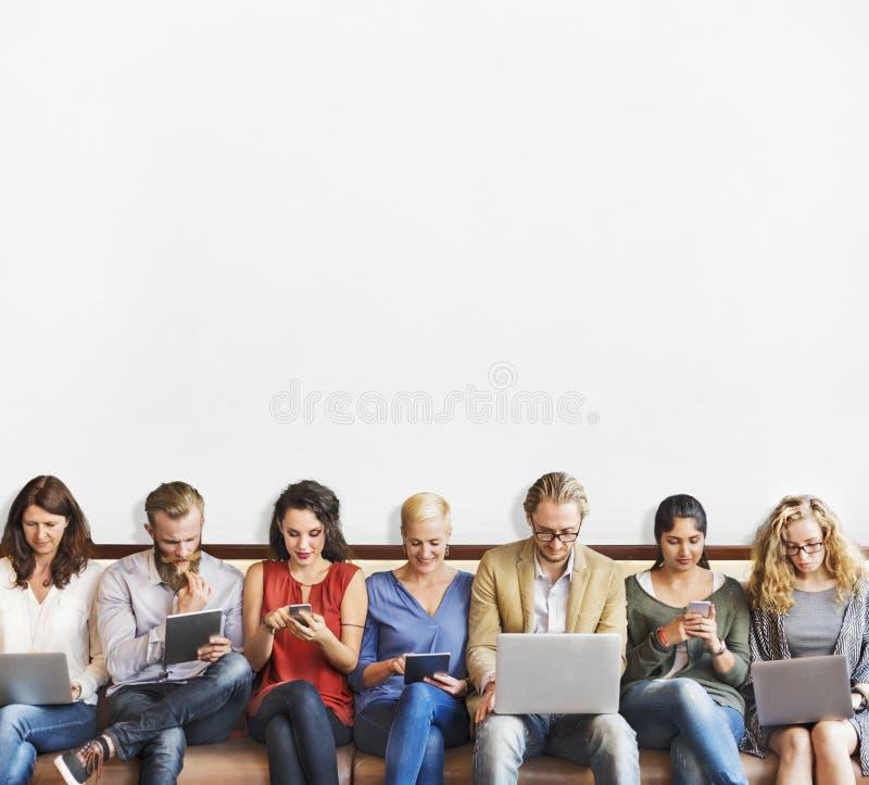 Dispositifs de Digital de connexion de personnes de diversité passant en revue le concept photographie stock