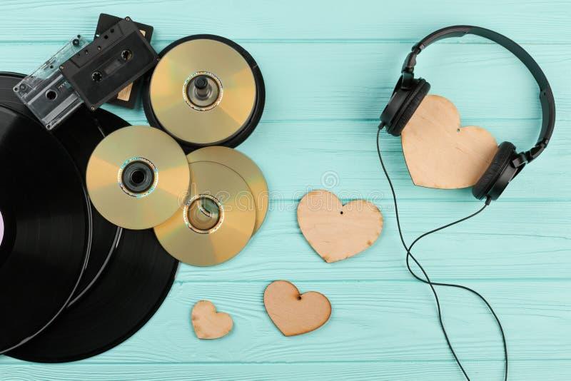 Dispositifs musicaux de vintage et coeurs en bois photos stock