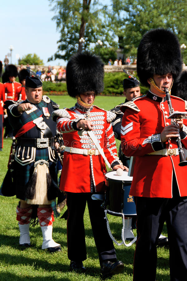 Dispositifs protecteurs canadiens de grenadier sur le défilé à Ottawa, Canada image stock