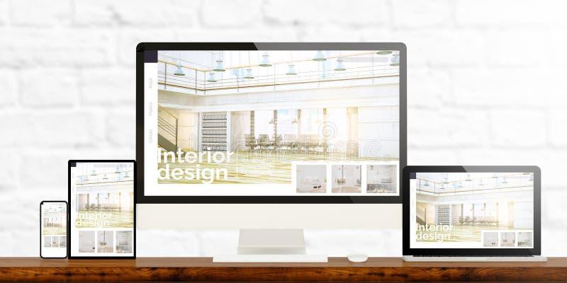 dispositifs sensibles de conception intérieure sur le bureau en bois photographie stock libre de droits