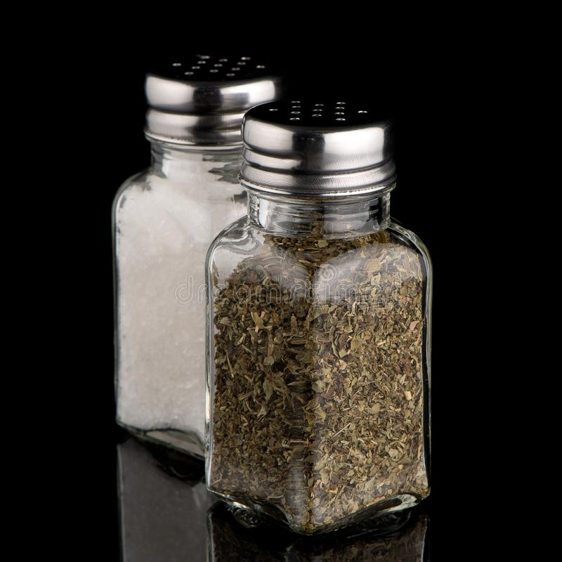 Dispositifs trembleurs de sel et d'origan images libres de droits