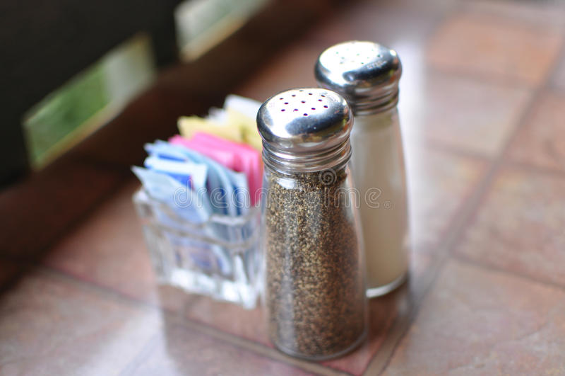 Dispositifs trembleurs de sel et de poivre photographie stock