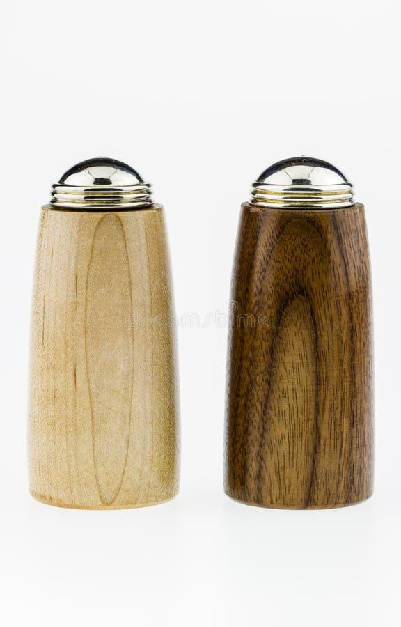 Dispositifs trembleurs de sel et de poivre sur un fond blanc. image stock