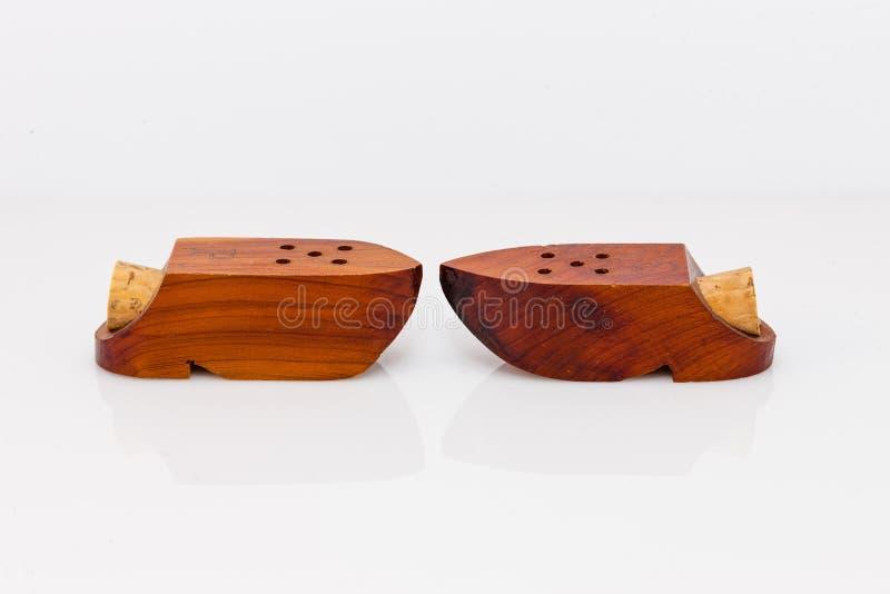 Dispositifs trembleurs de sel formés par chaussure en bois et de poivre photo stock