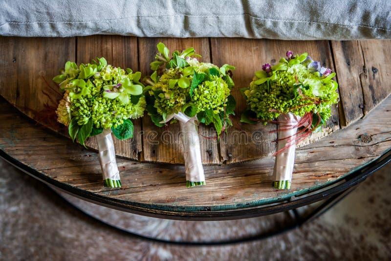 Disposition élégante, luxueuse, belle colorée d'épouser des roses Un bouquet l'épousant de jeunes mariées photo stock