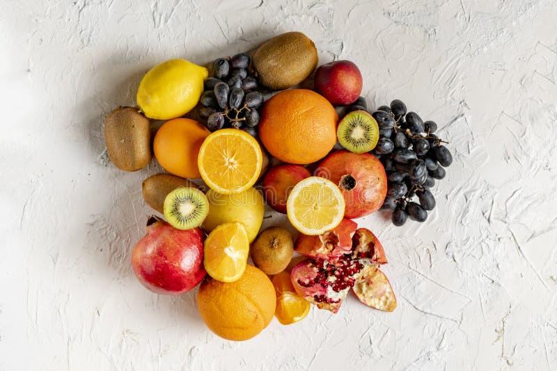 disposition ?tendue plate de selectrion de fruit frais sur une surface grunge telle que des raisins, kiwi, orange, fruitss tropic photographie stock libre de droits