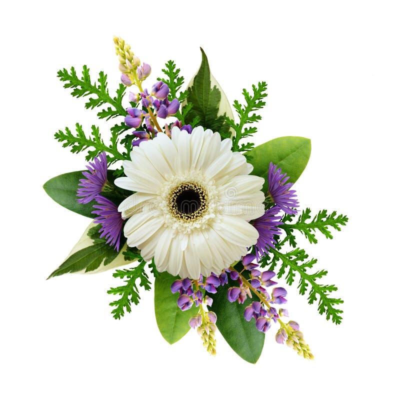 Disposition avec le gerbera blanc et les fleurs pourpres photographie stock
