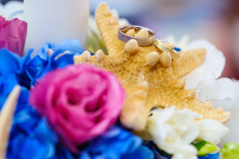 Disposition colorée pour des anneaux de mariage images stock