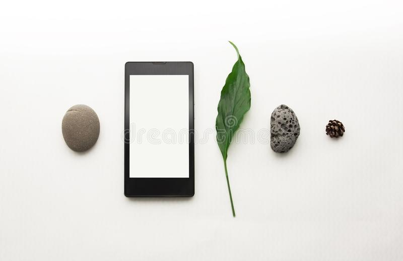 Disposition cr?ative de t?l?phone portable de maquette Smartphone ?tendu plat, papier de note vide Fond blanc de table Moquerie d photo libre de droits