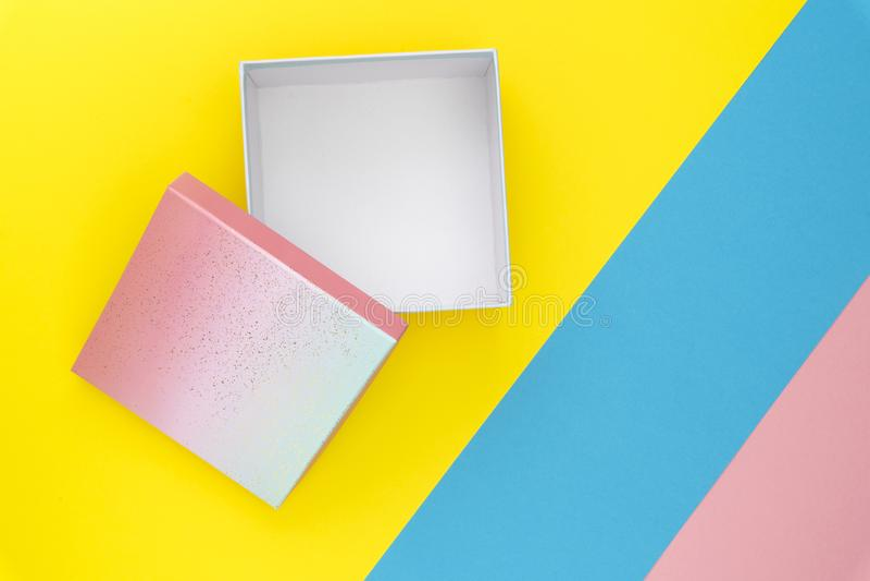 Disposition créative faite de boîte-cadeau ouvert coloré sur le fond de couleur en pastel Composition étendue plate en anniversai photos libres de droits