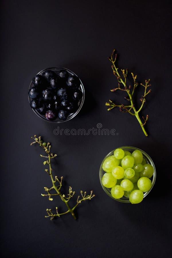 Disposition créative faite de grains separeted de grap noir et blanc images libres de droits