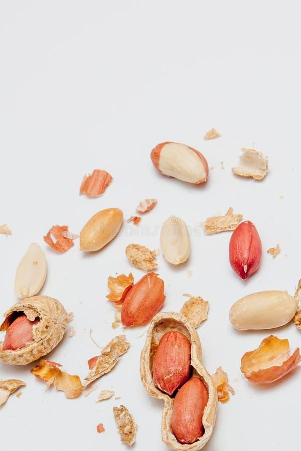 Disposition cr?ative faite d'?crous de noisette, amandes, noix, arachide, anarcadier sur le fond blanc Configuration plate Concep images libres de droits