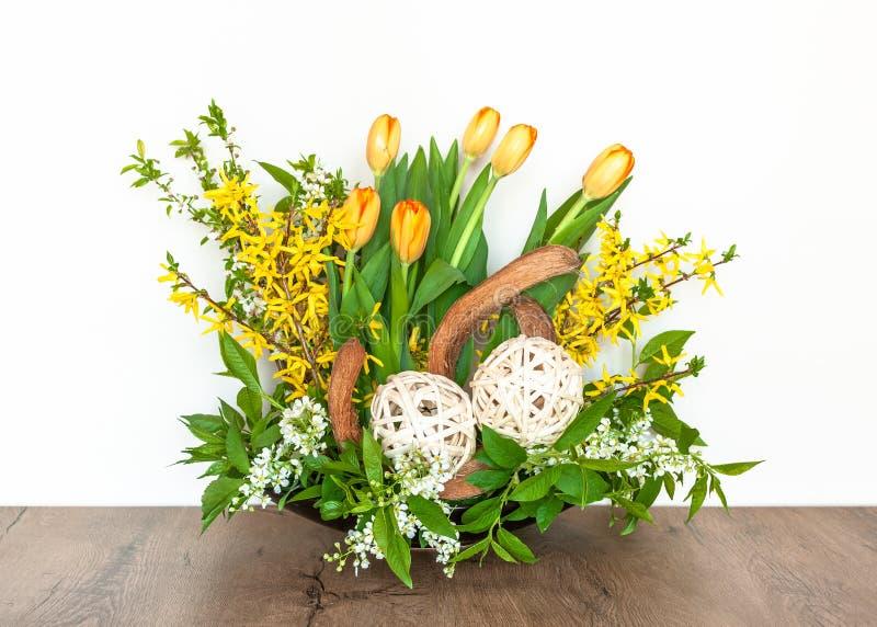Disposition de fleurs de ressort avec des tulipes et le forsythia photographie stock