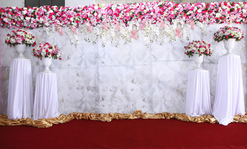 Disposition de fleurs rose et blanche de contexte prête pour épouser photo stock