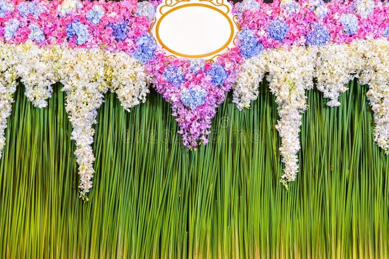 Disposition de fleurs verte de contexte pour la cérémonie de mariage images stock