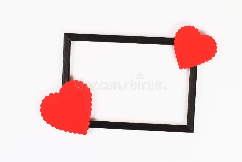 Disposition de Saint Valentin Cadre noir avec les coeurs bouclés rouges sur un fond blanc Jour de valentines de St, amour de jour image stock