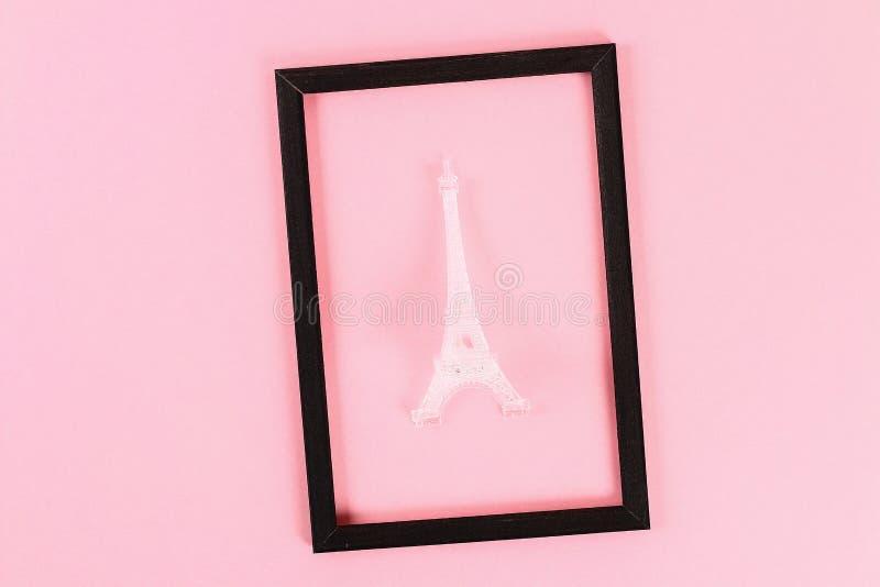 Disposition de Saint Valentin Cadre noir avec Tour Eiffel sur le fond rose en pastel Jour de valentines de St, amour de jour, le  photo libre de droits