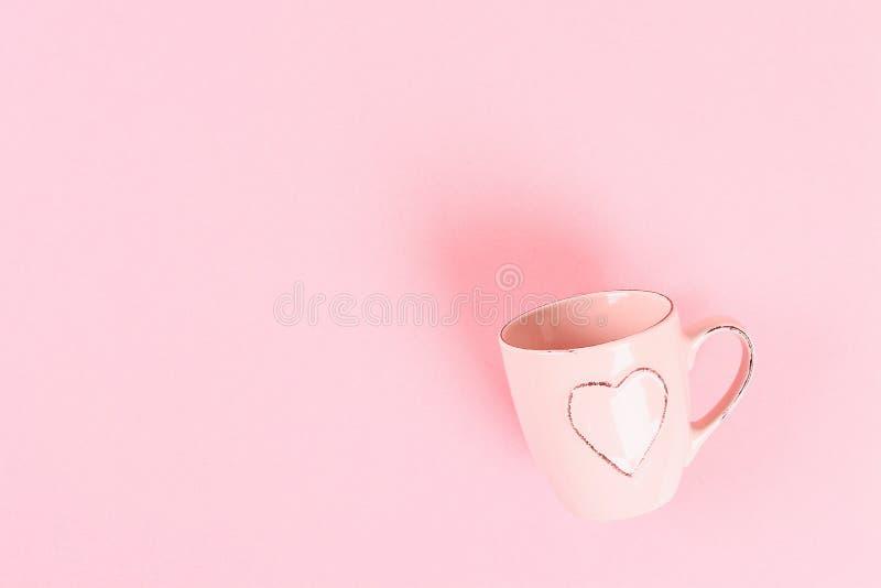 Disposition de Saint Valentin Tasse avec des coeurs sur un fond en pastel rose Jour de valentines de St, amour de jour, le 14 fév images stock