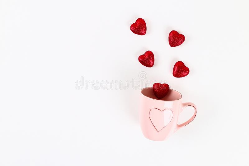 Disposition de Saint Valentin Tasse rose avec les coeurs de départ sur un fond blanc Jour de valentines de St, amour de jour, le  image stock