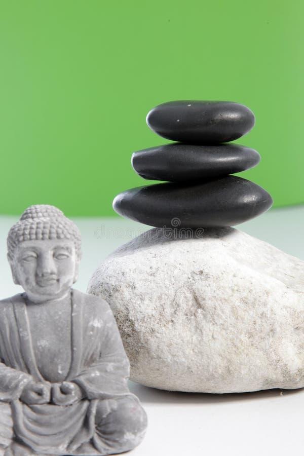 Disposition de zen avec les pierres de station thermale et la statue de Bouddha photographie stock