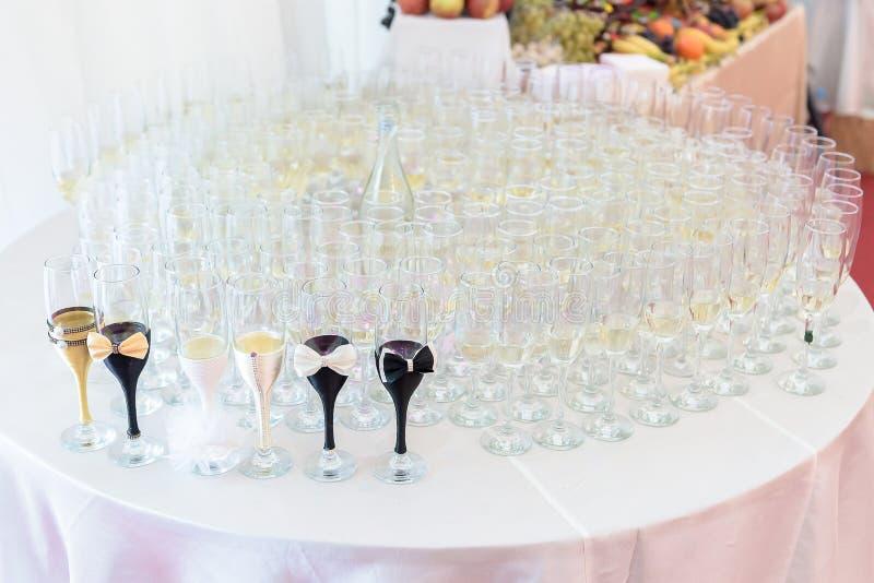 Disposition en verre pour des jeunes mariés photographie stock libre de droits