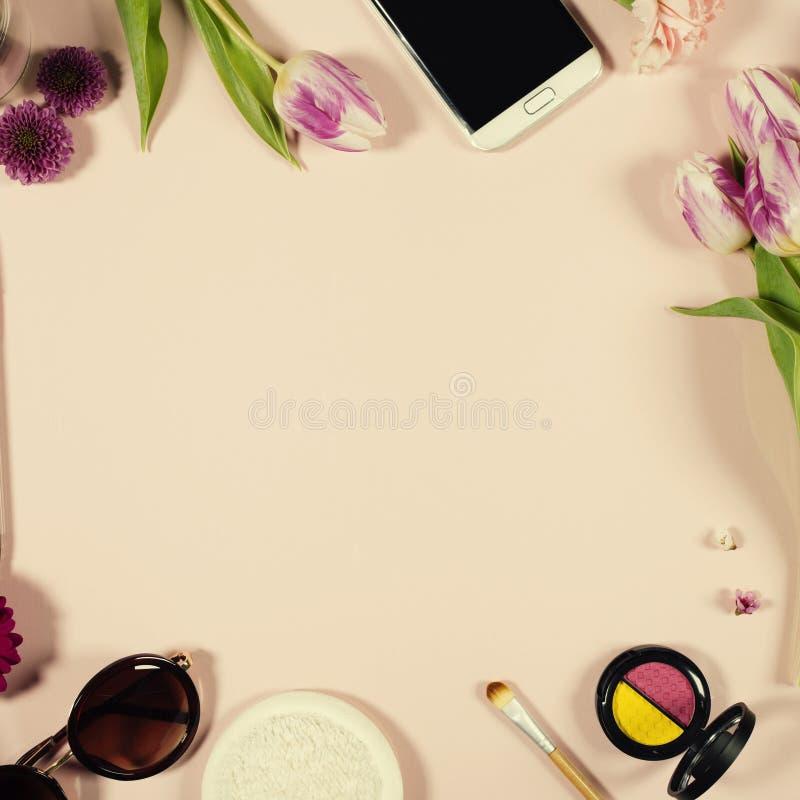 Disposition féminine de beauté créative des fleurs et des cosmétiques photos stock