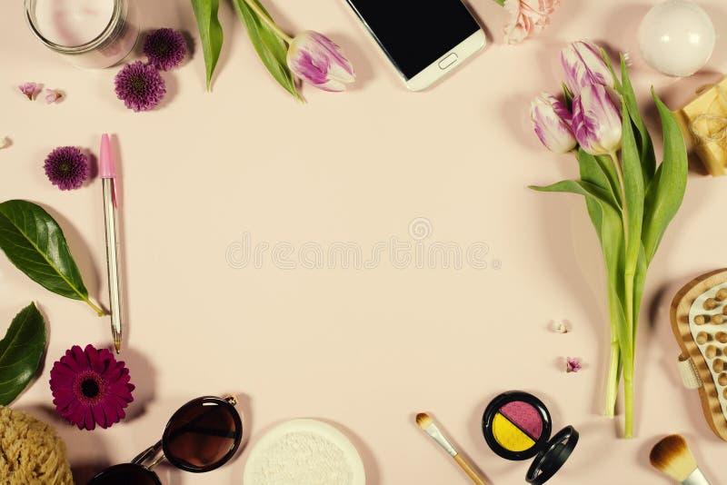 Disposition féminine de beauté créative des fleurs et des cosmétiques image stock