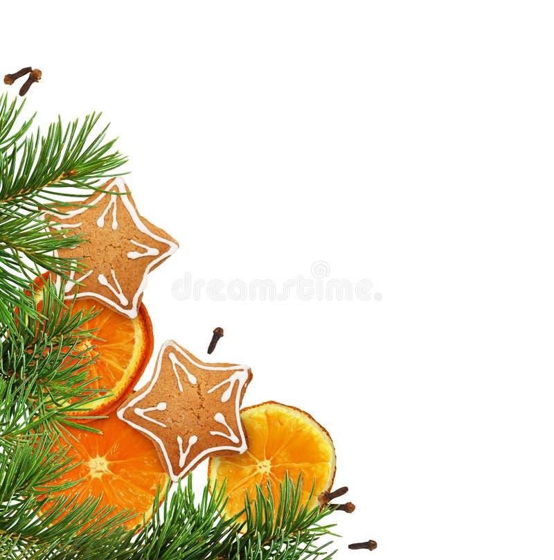 Disposition faisante le coin de Noël avec des biscuits, des oranges sèches et le pin photo libre de droits