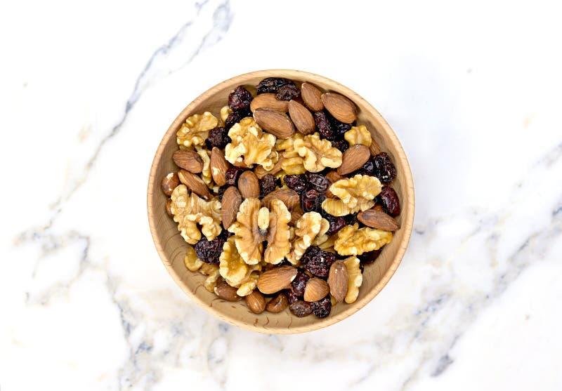 Disposition nuts délicieuse dans une cuvette en bois photo stock