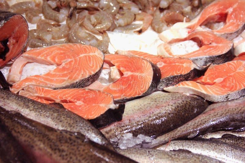 Disposition rouge fraîche de poissons et de fruits de mer sur le shopboard photographie stock libre de droits