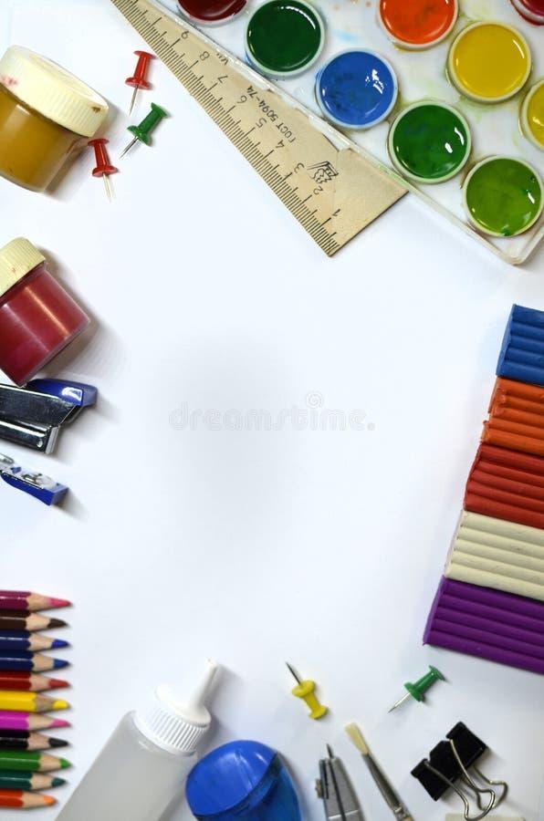 Disposition verticale avec des articles pour la créativité des enfants images libres de droits