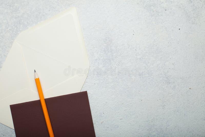 Disposition vide pour une lettre manuscrite, papier carré sur un fond blanc de cru, espace vide pour le texte photos stock
