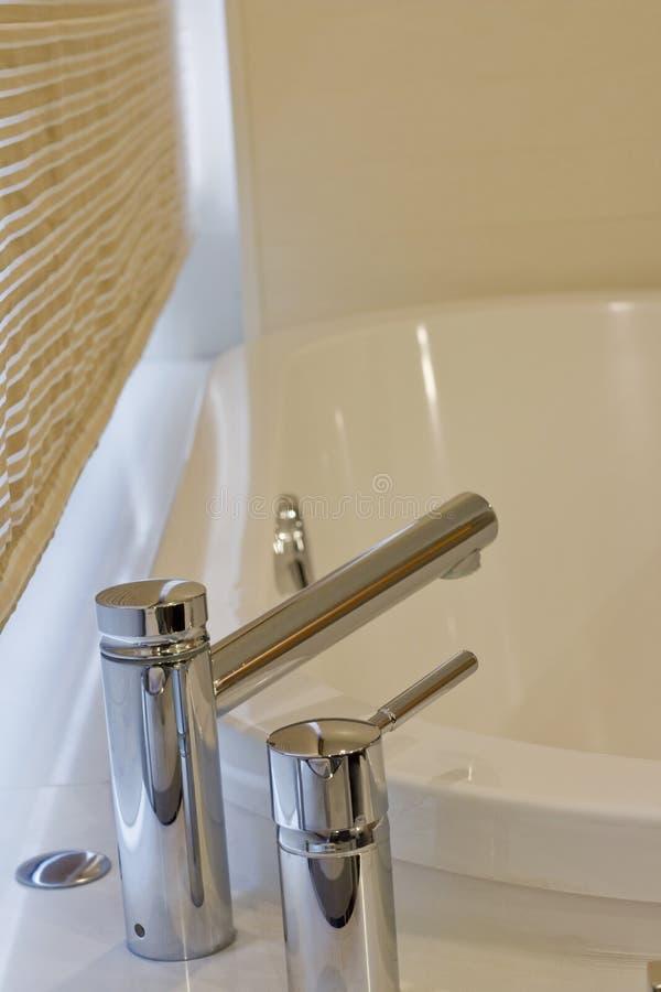 Dispositivi della vasca da bagno di Chrome fotografia stock libera da diritti