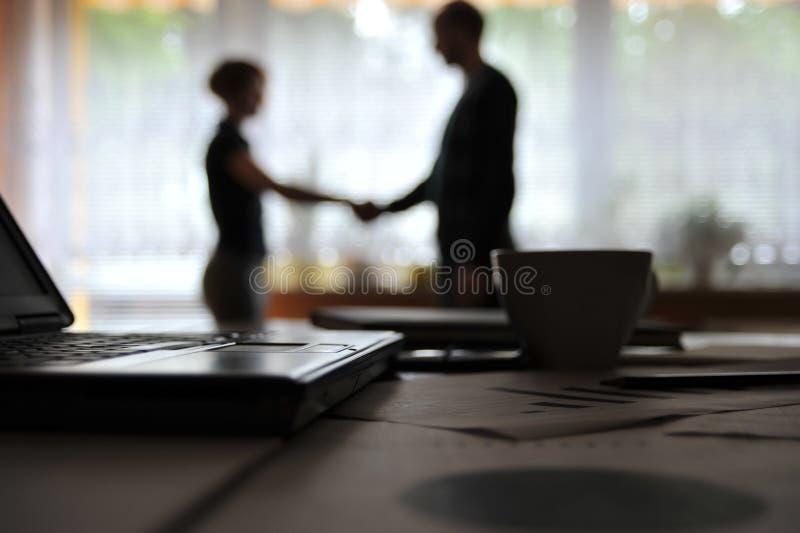 Dispositivi di affari e documenti nel luogo di lavoro, gente di affari non riconosciuta immagini stock