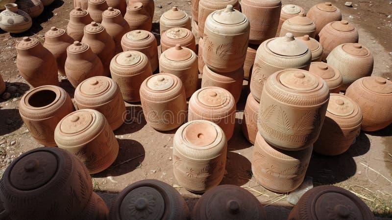 Dispositivi di raffreddamento di acqua dell'argilla disposti ad una stalla fotografia stock