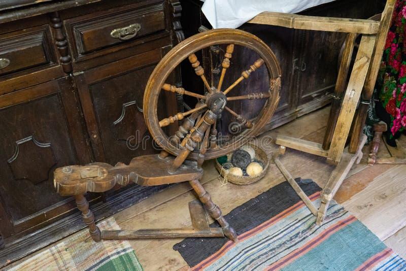 Dispositivi tradizionali, concetto d'adattamento d'annata dell'attrezzatura Rocca di legno moda, fuso, ruota di filatura fotografia stock