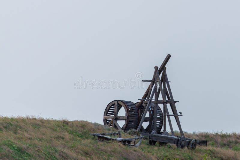 Dispositivo balistico della catapulta medievale di legno Tecnologia militare antica immagine stock libera da diritti