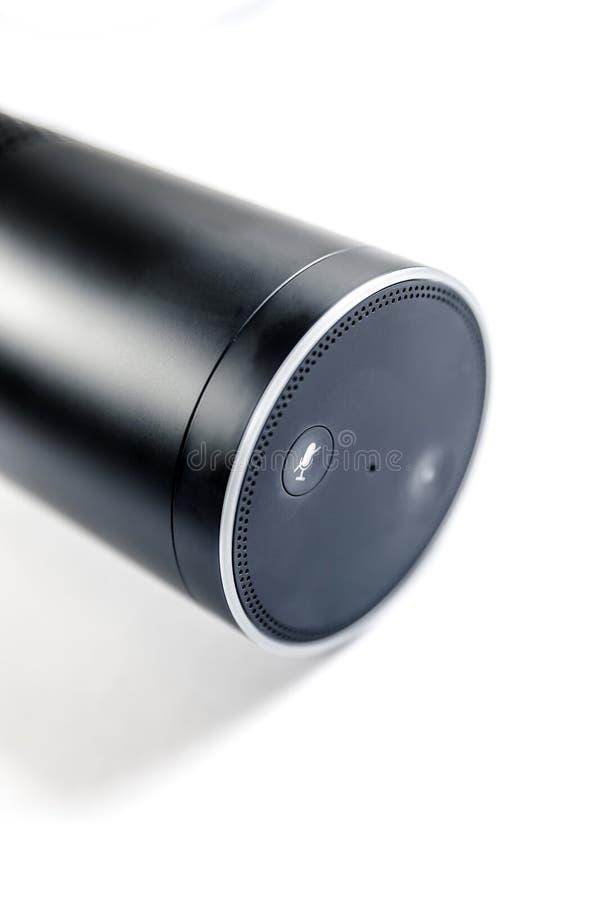 Dispositivo casero elegante con el ayudante de la voz fotos de archivo