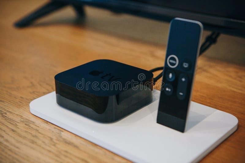 Dispositivo de Apple TV y teledirigido o palanca de mando Dispositivos modernos para la televisión imágenes de archivo libres de regalías