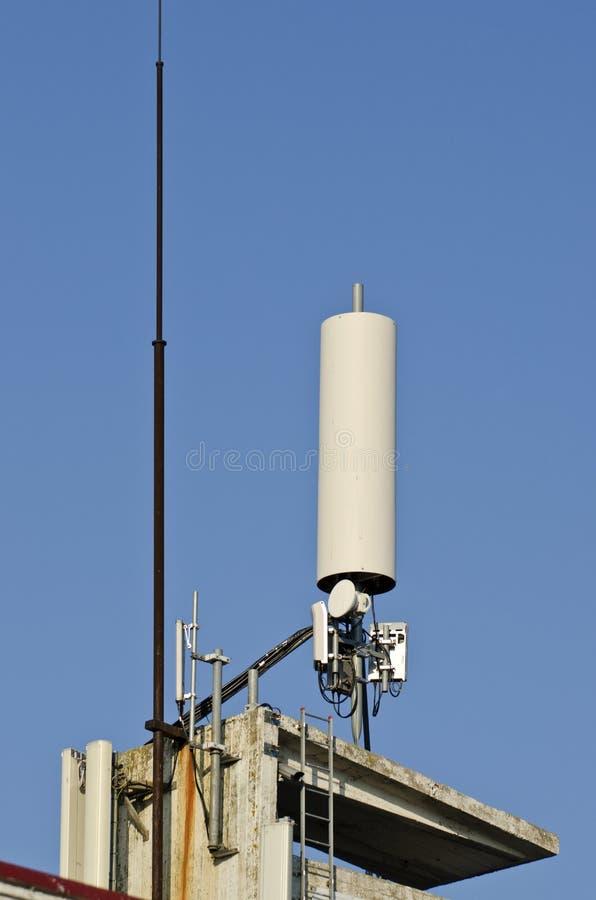 Dispositivo de comunicação da antena no telhado imagens de stock royalty free