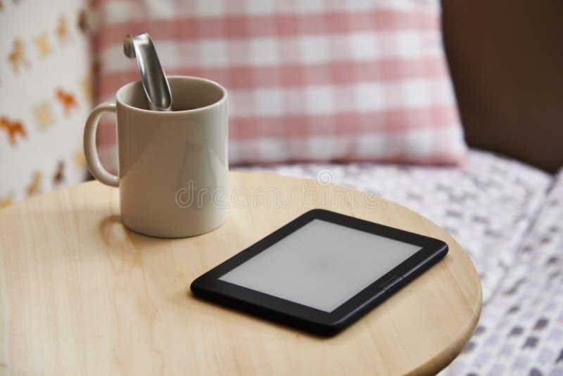 Dispositivo de Ebook con la pantalla en blanco, aislada en una tabla imagen de archivo