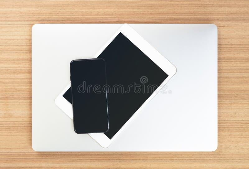 Dispositivo de la electrónica del comunicador de la visión superior en la tabla fotografía de archivo